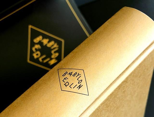 Babylon Berlin, Verlag:Kiepenheuer & Witsch Überzug und Vorsatz: Papier,f.color glatt 490 gold ein- und zweiseitig